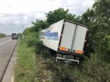 Payerne FR: LKW kommt auf der A1 von der Fahrbahn ab