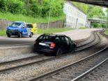 Basel: Autolenker landet bei Unfall auf Tramgleis