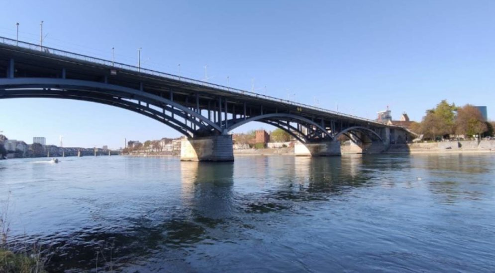 Basel: Mann springt von Wettsteinbrücke in den Rhein