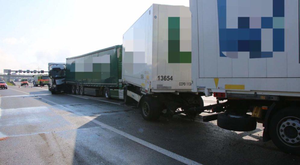 A1, Zürich: Unfall zwischen drei Lastwagen führt zu langem Rückstau