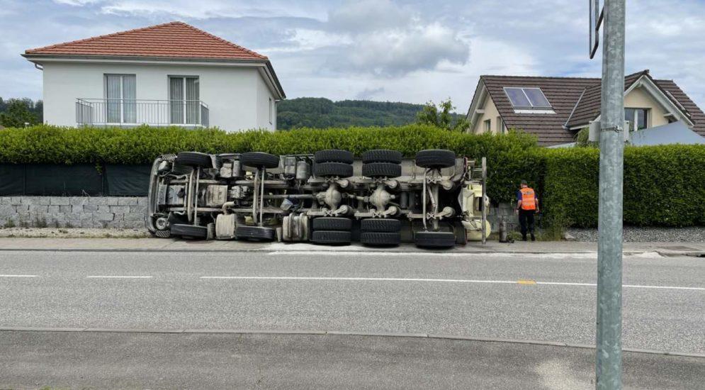 Boningen SO: Beladener Fahrmischer bei Unfall gekippt