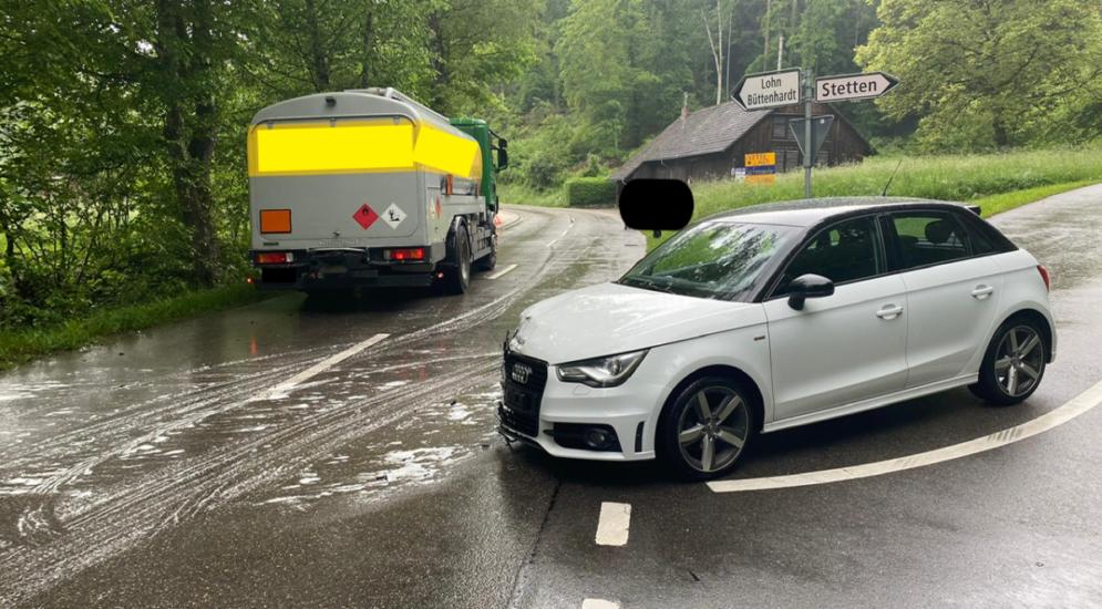 Schaffhausen - Audilenker (18) prallt bei Unfall in LKW