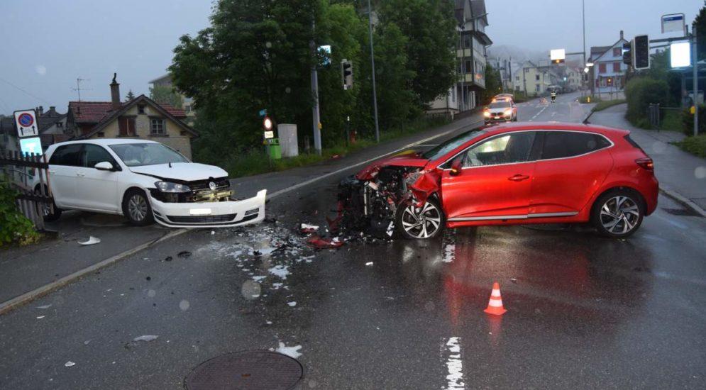 Herisau AR: Zwei Fahrzeuglenkerinnen nach Unfall verletzt