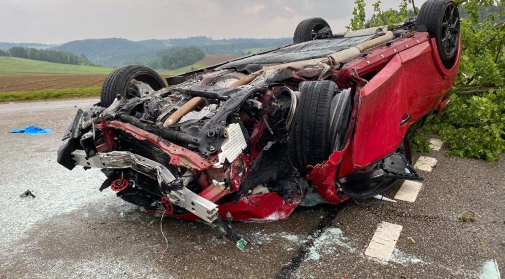 Heftiger Unfall Diegten BL: Lenker (31) prallt in Baum und überschlägt sich