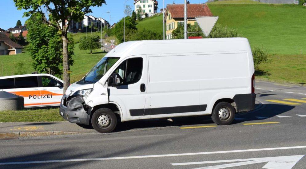 Waldstatt AR: Unfall zwischen Lieferwagen und Postauto