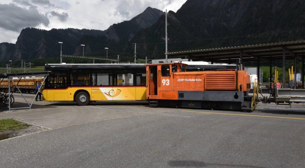 Trimmis GR: Unfall zwischen Rangierlokomoktive und Postauto