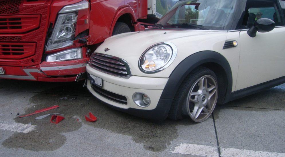 Erstfeld UR: Unfall zwischen Sattelmotorfahrzeug und Auto