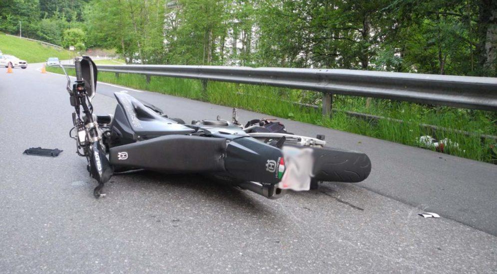 Vorderthal SZ: Motorradfahrer stirbt auf der Unfallstelle