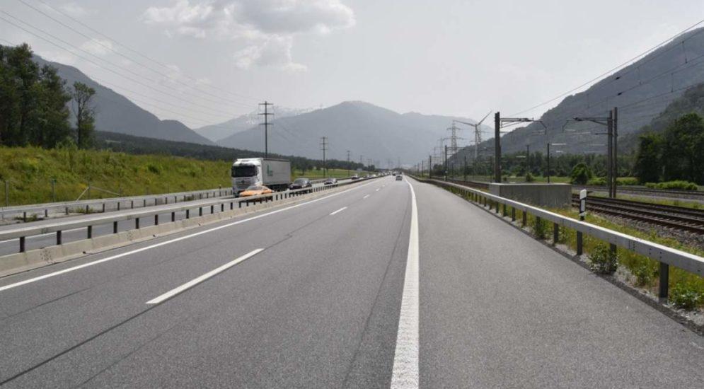 Trimmis: BMW-Fahrer überholt Ambulanz mit Blaulicht rechts
