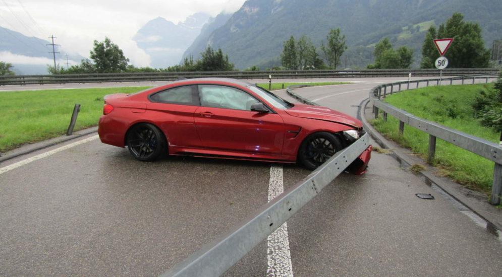 A3 Niederurnen GL: Bei Unfall Leitplanke durchschlagen - Totalschaden