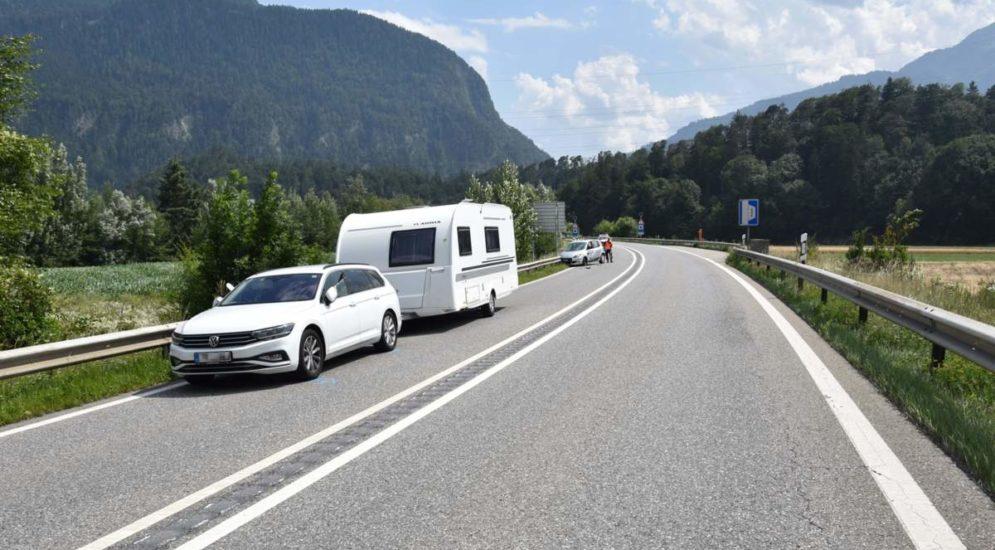 Bonaduz GR: Unfall zwischen Auto und Wohnwagengespann