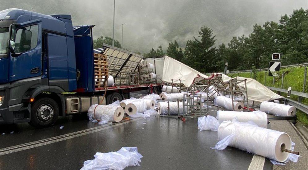 Unfall Mesocco GR: 23 Tonnen Ladung auf LKW ungesichert