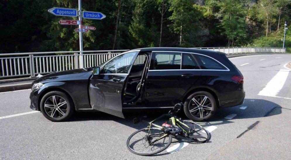 Urnäsch AR - Rennradfahrerin nach Unfall mit Auto schwer verletzt