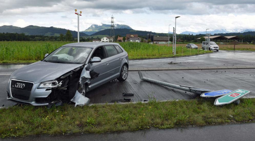 Emmen LU: Autofahrerin prallt bei Unfall heftig gegen Lieferwagen