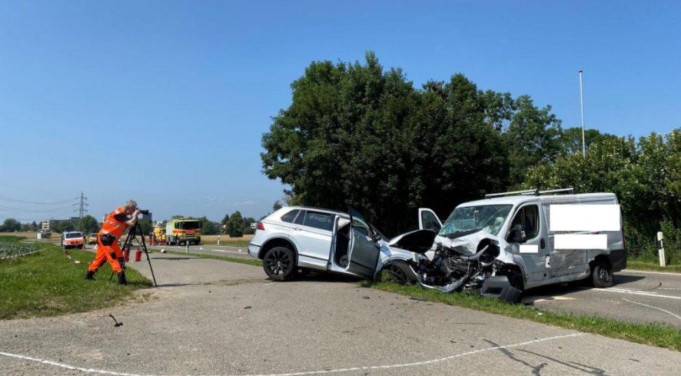 Unfall Dübendorf ZH: Lieferwagenfahrer schwer verletzt