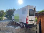 Unfall Rothrist/Uerkheim AG: Lieferwagen gegen Gartenmauer und Holzschopf geprallt