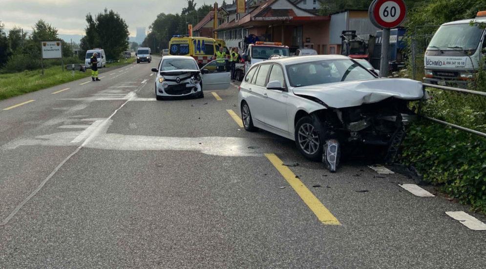 Schwaderloch AG: Zwei Fahrzeuge stossen bei Unfall frontal zusammen