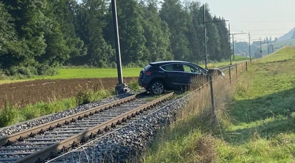 Unfall Niederscherli BE: Auto kollidiert mit Strommast und blockiert Gleis
