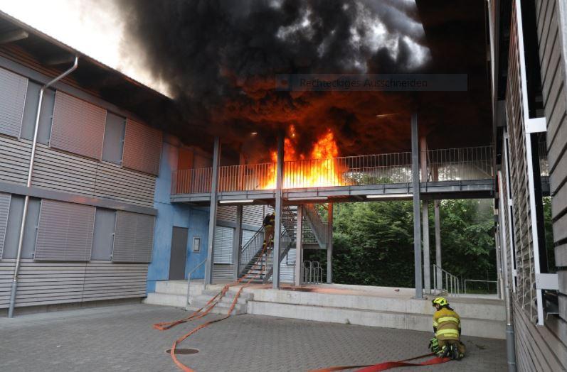 Zug ZG: Gummimatten bei Verbindungsgang von zwei Schulpavillons in Brand geraten
