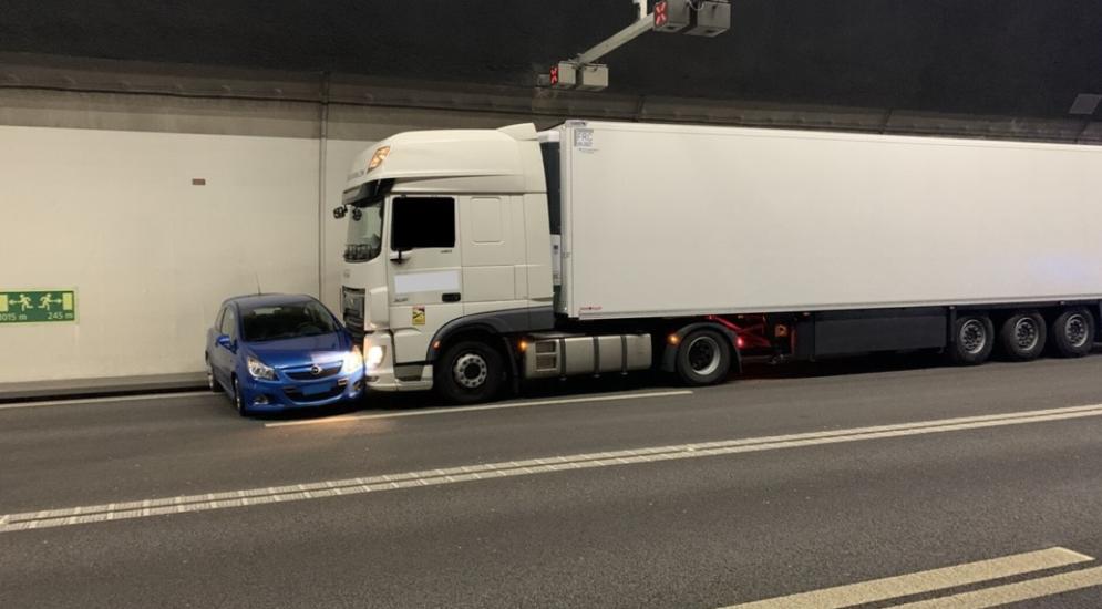 Flurlingen SH: Lastwagen schiebt PW bei Unfall 300 Meter weit