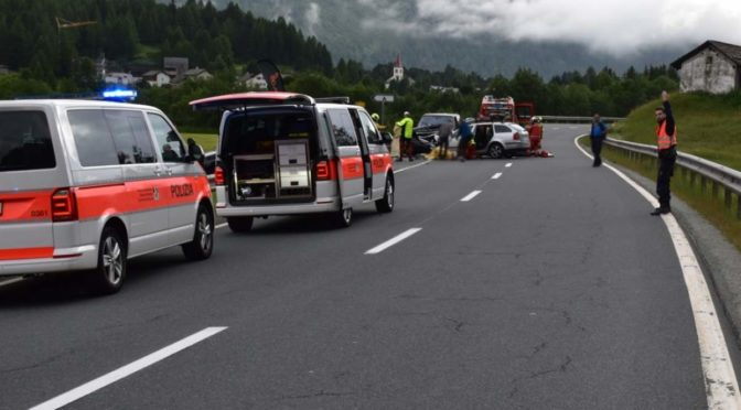 Schwerer Unfall in Maloja fordert ein Todesopfer und vier Verletzte