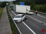 Wagen SG: Auto fällt bei Unfall mit Pickup vom Anhänger