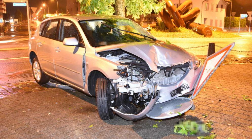 Au SG - Unfall: Frau (76) kracht fahrunfähig gegen Verkehrsinsel, Tafel und Poller