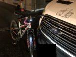 Glarus: Velofahrerin stürzt bei Unfall mit Auto zu Boden