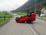 Bilten GL: Auto landet bei Unfall auf dem Dach