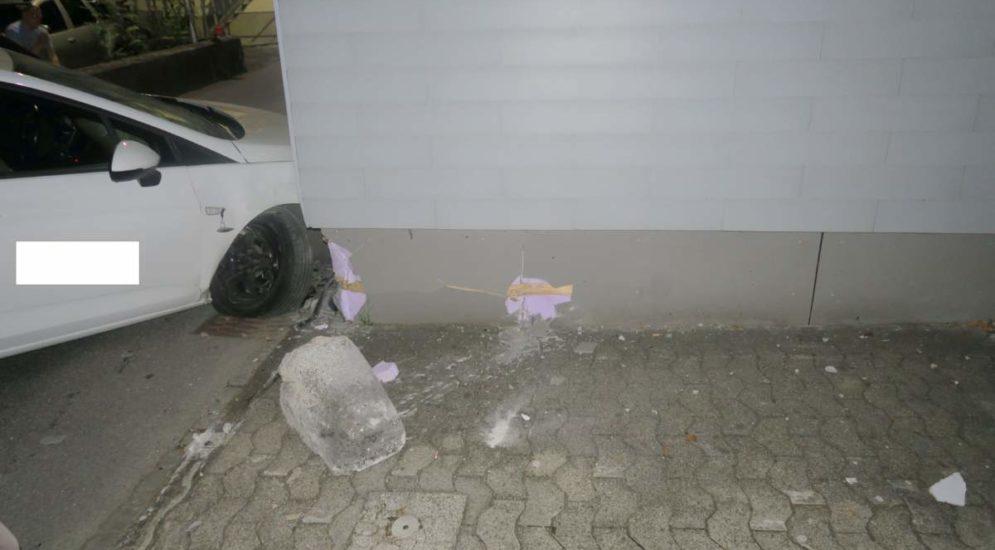 Netstal GL: Fahrer kollidiert bei Unfall mit Randstein und Hausecke