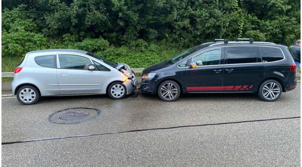 In Zunzgen ist es am 15.09.2021 (um 19 Uhr) zu einem Unfall gekommen. Ein Lenker geriet beim Schreiben einer Nachricht auf die Gegenfahrbahn!