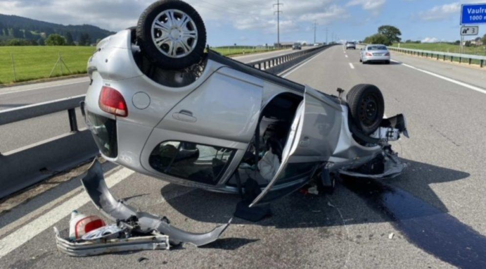 A12, Vaulruz FR - Auto überschlägt sich bei Unfall