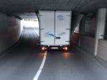 Lachen SZ: Lieferwagen bleibt in Unterführung stecken