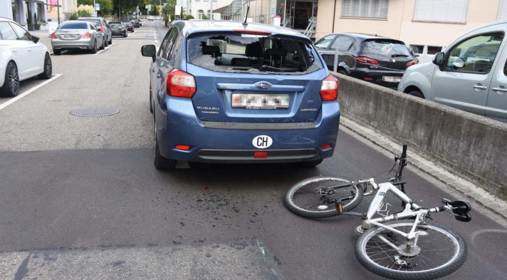 Wil SG: Velofahrer (19) prallt bei Unfall heftig in Autoheck