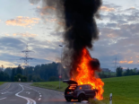 Baar ZG: Fahrzeug brennt nach Unfall vollständig aus