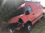 A1 Payerne FR: Lieferwagenfahrer landet bei Unfall in Abflussrohr