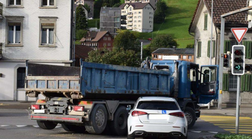 Herisau AR: Unfall zwischen Fahrschulauto und Lastwagen