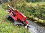 Märstetten TG: Baumaschine überschlägt sich und landet in Bach