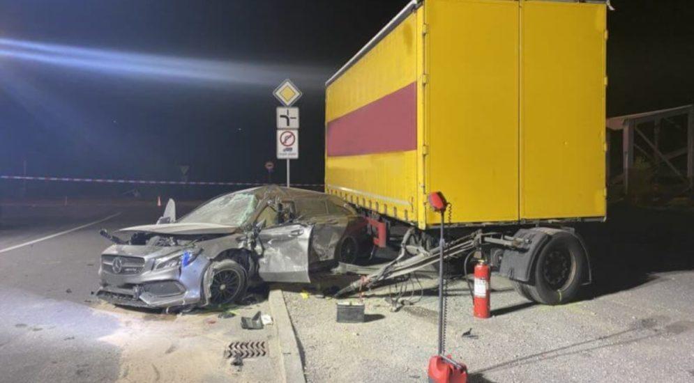 Unfall Siders VS: Automobilist nach Aufprall in LKW-Anhänger schwer verletzt