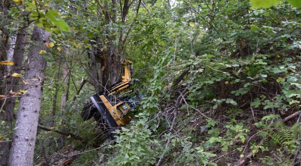 Vaz/Obervaz GR: Bagger stürzt zwanzig Meter steilen Abhang hinunter