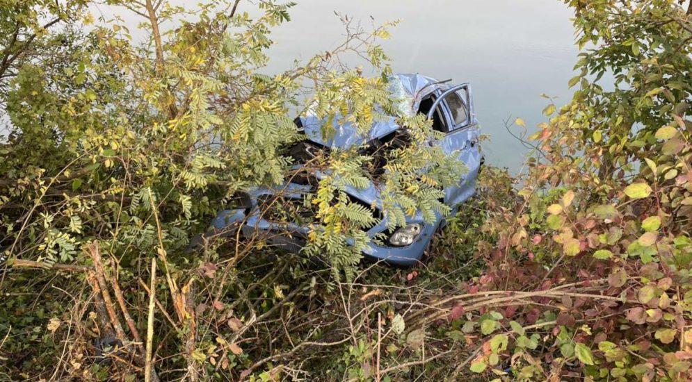 Oberflachs AG: Autofahrerin (22) landet bei Unfall in der Aare